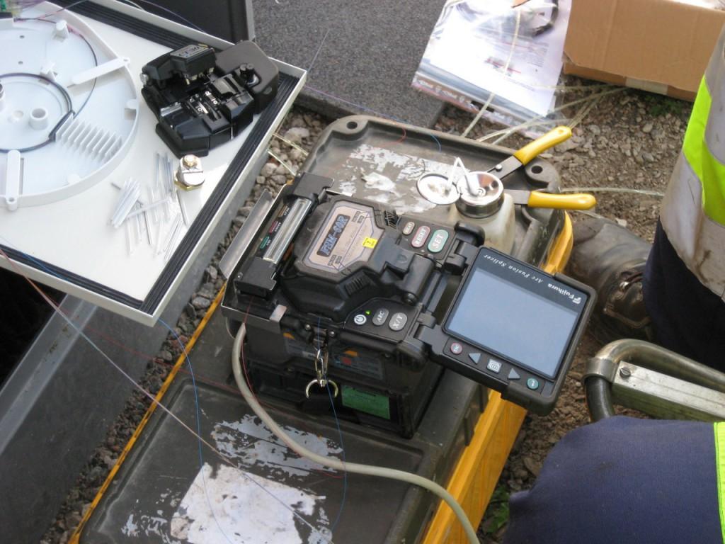 Svetsning av fiber från telestationen mot fiber till fastigheter vid kopplingsskåp i Via