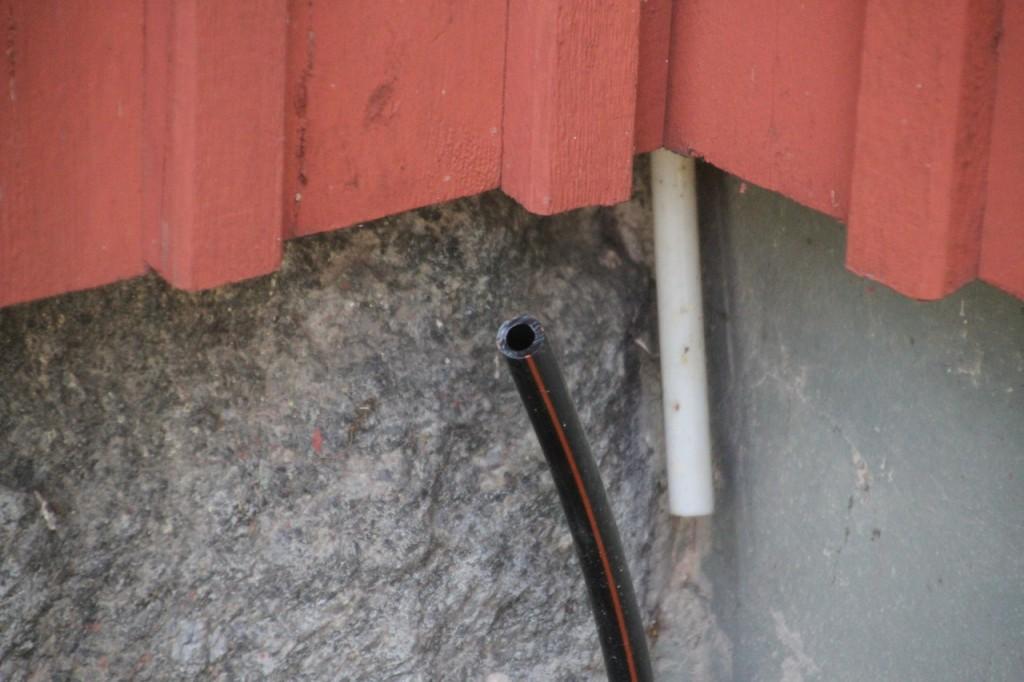 Kabelrör vid fastighet där skall det komma fram en fiberkabel om en stund ca 500m från kopplingsskåp (FOS)